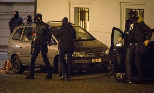 Policías con las caras cubiertas, durante la operación antiterrorista.