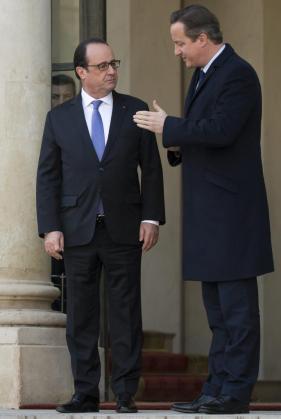 El presidente francés, François Hollande (izda), recibe al primer ministro, David Cameron (dcha).