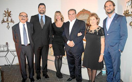 Nicolás, padre e hijo, Andrea, Javier, Maria Luisa y Javier, las tres generaciones de Pomar que han trabajado para lograr que Nicolás Joyeros celebre su 90 aniversario con éxito.