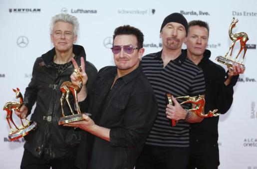 Los componentes de U2 posando durante la cedremoni de los premios Bambi en Berlin.