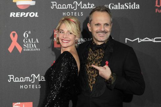 La actriz Belén Rueda, madrina del acto, acompañada por el cantante Miguel Bosé, a su llegada a la VI Gala Sida.