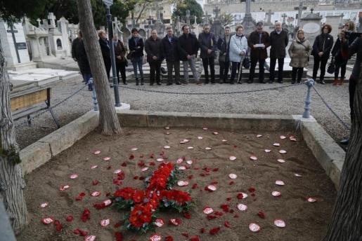 Se ha llevado a cabo una ofrenda floral en el cementerio de Palma.