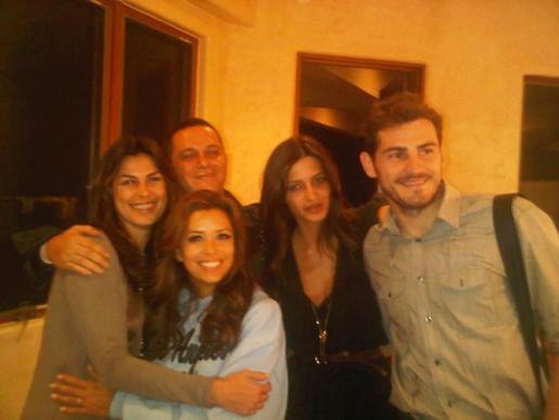 El futbolista y la periodista compartieron cena con Alejandro Sanz en la casa de Eva Longoria.