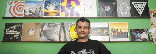 David Sánchez posa con algunos de sus vinilos en la tienda que fundó en 2014.