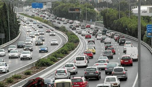 Casi la mitad de los desplazamientos para ir al trabajo se hacen en coche en Mallorca. La duración media es de 19,05 minutos.