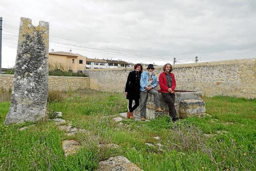 Joana Llabrés, Joan Fiol y Bernat Fiol critican el estado de abandono del Pou Poal.