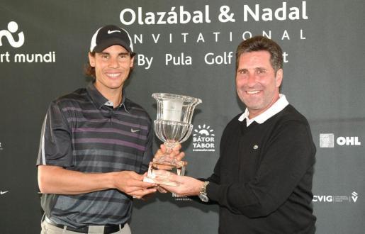 Nadal y Olazábal sostienen el trofeo del torneo benéfico.