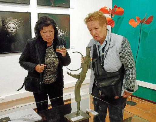 Dos mujeres reflexionan sobre una de las obras que pueden verse en P|Art.