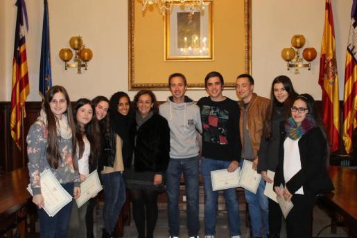 Llorenç Galmés y Francisca Vidal junto a los estudiantes que han recibido las becas.