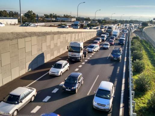 Retenciones en la autopista del aeropuerto a la altura del nuevo acceso a Es Molinar.
