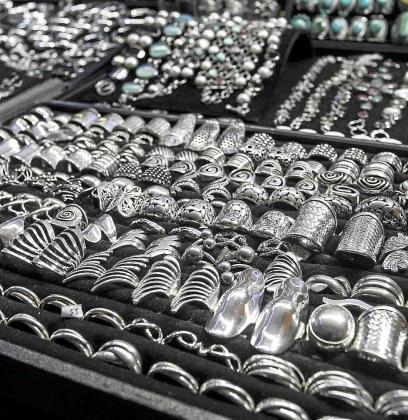 Collares, anillos, pendientes, portainciensos, bufandas guantes pueden adquirirse en los puestos que se han instalado en el paseo de Vara de Rey junto al reloj. Foto: D.E.