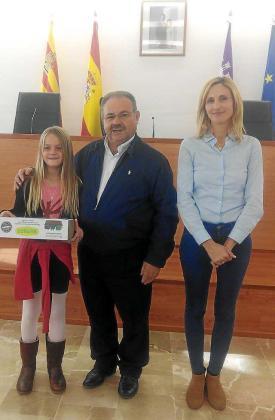 Antoni Marí, Carraca, junto a Sarah Rodríguez y una de las niñas de Sant Joan que han terminado finalistas en el concurso.