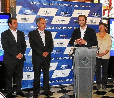 El alcalde de Palma, José Hila, junto al director de Real Club Náutico de Palma, José Javier Sanz.