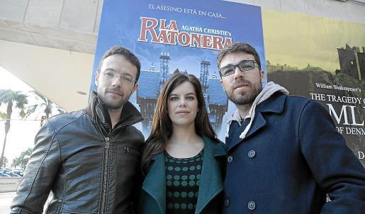 Ferran Carvajal, Mariona Ribas y Aleix Rengel, frente al cartel de la obra.