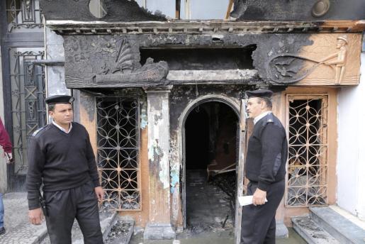 Agentes de seguridad egipcios permanecen frente a un restaurante y club nocturno que fue atacado en el barrio de Aguza, al oeste de El Cairo.