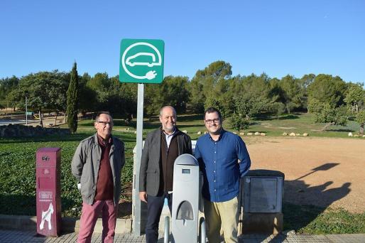 El alcalde de Marratxí, Joan Francesc Canyelles; el primer teniente de alcalde, Miquel Cabot y el portavoz de Som-Guanyem, Mariano Izquierdo, junto al punto de recarga ubicado en Sant Marçal.