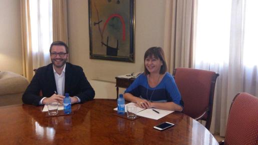 Imagen del encuentro entre la presidenta del Govern, Francina Armengol, y el alcalde de Ciutat, José Hila.