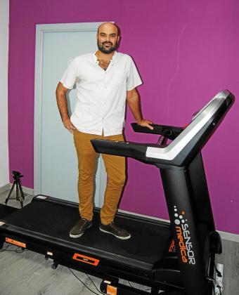El podólogo Narcís Claverol realiza los estudios biomecánicos y el diagnóstico del paciente.