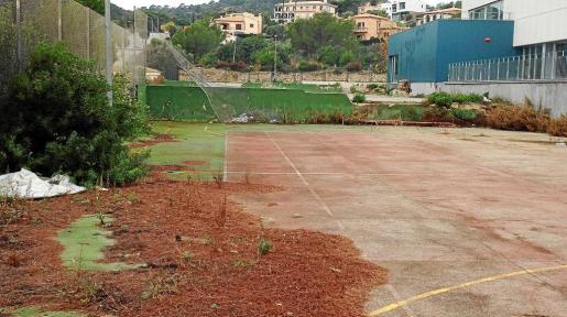 Las pistas exteriores del Poliesportiu de es Pinaró se encuentran en un estado de abandono total desde hace años.
