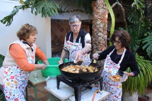 Las 'madones' elaboran los buñuelos típicos de la celebración de Santa Bàbara.