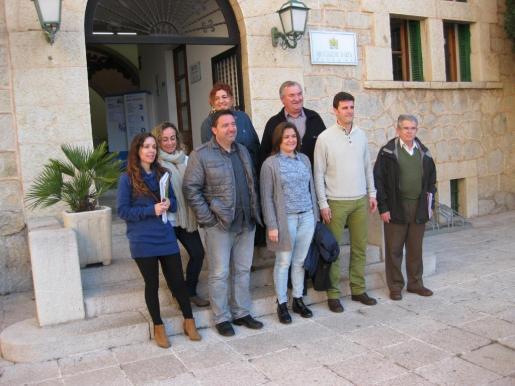 Mercedes Garrido con el alcalde de Artà Bartomeu Gili y otros miembros de la corporación municipal tras tratar el tema de la Ronda Nord.