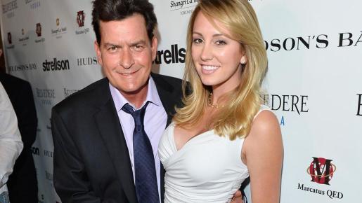 La actriz porno Brett Rossi ha denunciado a su ex pareja, el actor Charlie Sheen, por abusos, malos tratos y por acultarle que era portador del virus del sida.