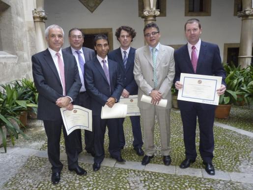 Guillem Febrer, Jaume Sancho, Joan Fullana, Jaume Febrer, José Antonio Serrano y Juan Antonio García, entre los alumnos de la Escuela Superior Balear que recibieron sus diplomas con satisfacción.