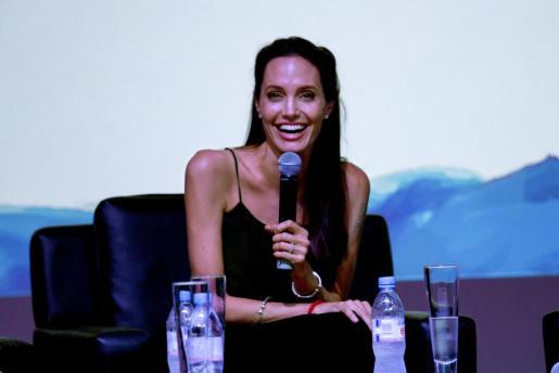 La actriz Angelina Jolie durante un coloquio para jóvenes cineastas que forma parte del Festival Internacional de Cine de Camboya en el teatro Chaktomuk, en Phnom Penh.