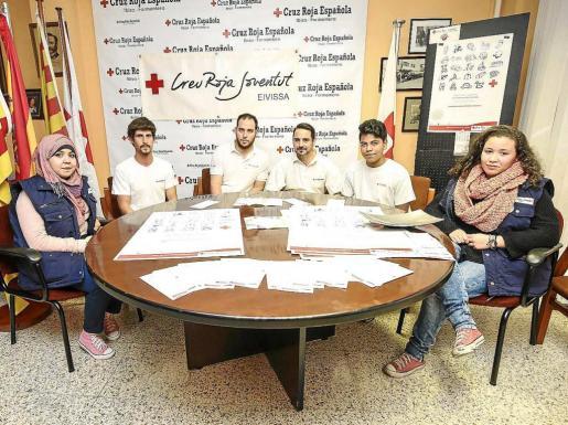 La campaña de recogida de juguetes se presentó ayer por la tarde en la sede que tiene la delegación de Cruz Roja en Eivissa. Foto: ARGUIÑE ESCANDÓN