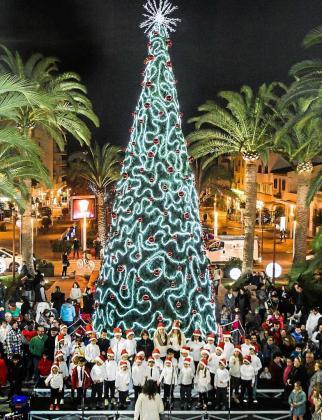Santa Eulària dio comienzo a la Navidad con el encendido de la iluminación en sus principales calles y del gran árbol que estará expuesto en la plaza del Ayuntamiento. Foto: TONI ESCOBAR