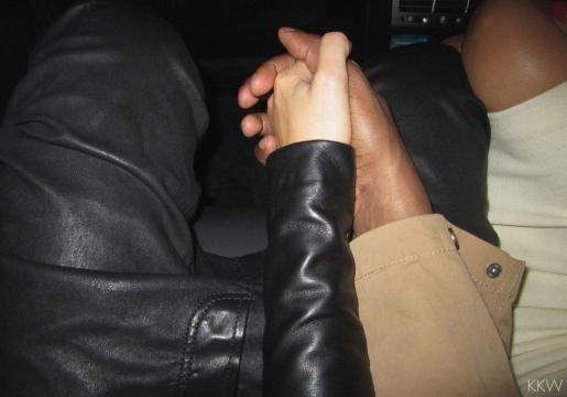 Kim Kardashian y Kanye West, cogidos de la mano, de camino al hospital.
