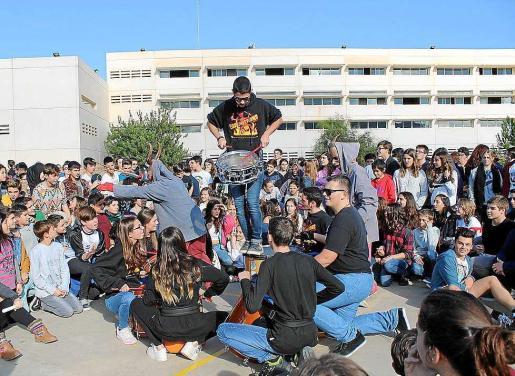 Los alumnos disfrutaron con las actuaciones de la colla de 'dimonis' Els Mals Esperits y los 'tamborers' Els Esperitrons en la jornada cultural. Foto: IES Sant Agustí