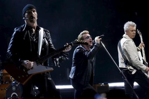 Los integrantes de U2, durante el concierto ofrecido en París.