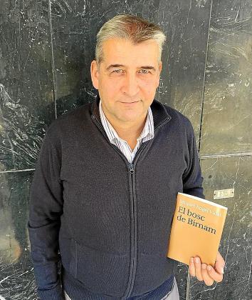 Miquel Àngel Vidal posa con su nuevo libro en Palma.