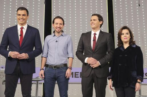 De izquierda a derecha, el secretario general del PSOE, Pedro Sánchez; el secretario general de Podemos, Pablo Iglesias; el presidente de Ciudadanos, Albert Rivera, y la vicepresidenta del Gobierno y candidata por Madrid al Congreso, Soraya Sáenz de Santamaría, antes del debate televisivo.