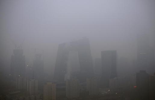 El centro empresarial de China, difunidao por una nube de humo después de que el gobierno decretara la alerta roja por contaminación.