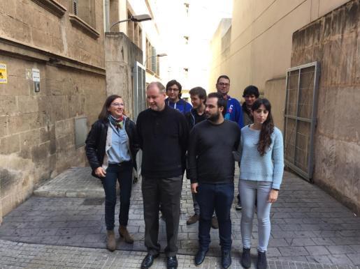 Ramon Socías, acompañado de otros miembros de la candidatura, en la rampa de los juzgados de Vía Alemania.
