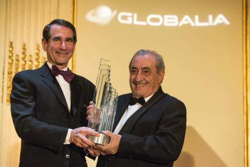 El presidente del grupo Globalia, el español Juan José Hidalgo (d), sostiene el premio al 'mejor empresario del año', que otorga la Cámara de Comercio España-Estados Unidos, acompañado del presidente de la Cámara de Comercio España-Estados Unidos , Alan D Solomont (i).