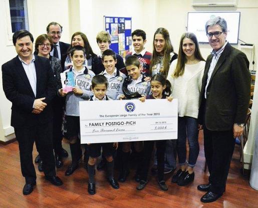 Imagen de la Familia Postigo-Pich recogiendo el premio como Familia Numerosa Europea del Año», junto al Ministro de Sanidad, Servicios Sociales e Igualdad, Alfonso Alonso.