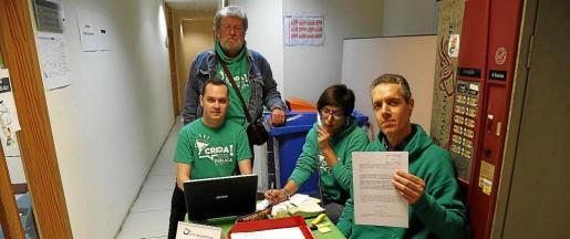 Los integrantes del sindicato UOB, Jaume Sastre, Joan Crespí, Maria Antònia Font y Jaume Palou, hicieron la rueda de prensa a las puertas del registro de la Conselleria d'Educació en señal de protesta.