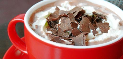 El chocolate caliente se puede aderezar con nata y fragmentos de chocolate para aportarle más sabor.