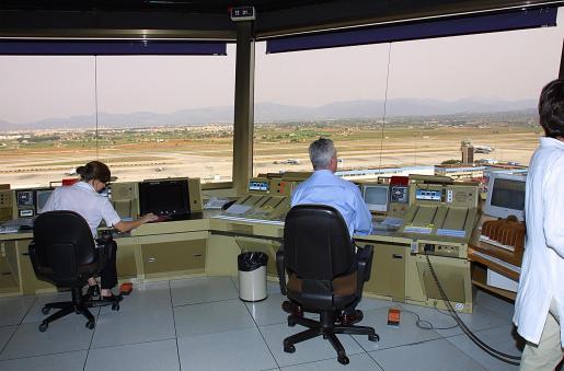 El 66 por ciento de los controladores aéreos de baja reciben el alta tras la revisión médica.