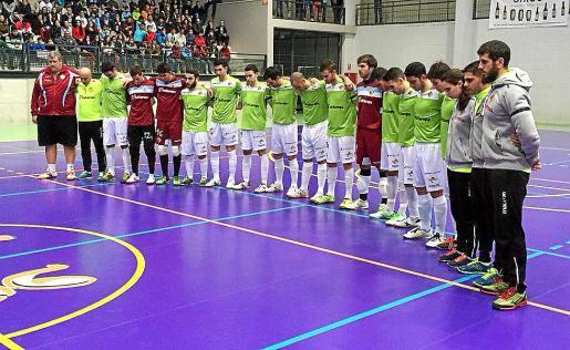 Los jugadores del Palma Futsal guardan un minuto de silencio, en Doña Mencía por el fallecimiento de Antònia Seguí.