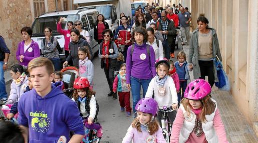 Los manifestantes recibieron el apoyo de los vecinos ante el mal estado del colegio público y su falta de espacio.