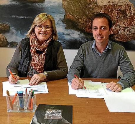 La regidora Ricarda Vicens y el alcalde Llorenç Galmés.