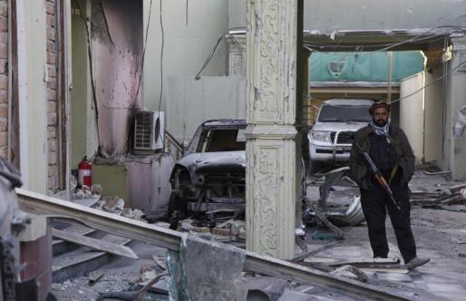 Un miembro de la seguridad privada, junto al lugar del atentado perpetrado en Kabul.