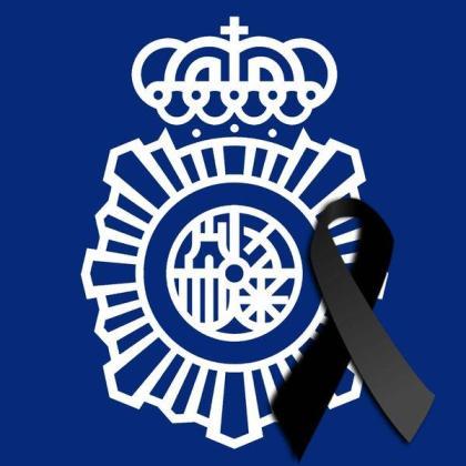 La Policía Nacional ha incluido el crespón negro en su foto de Twitter.