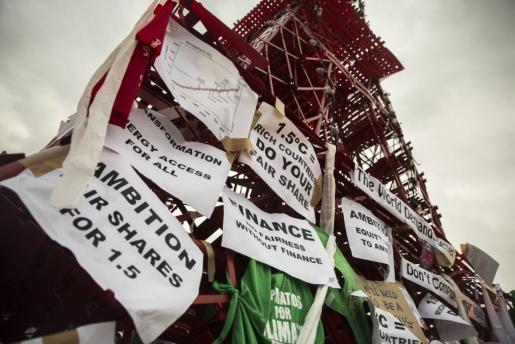 Vista de una réplica de la Torre Eiffel construida a partir de sillas y expuesta para reclamar medidas de acción contra el cambio climático.