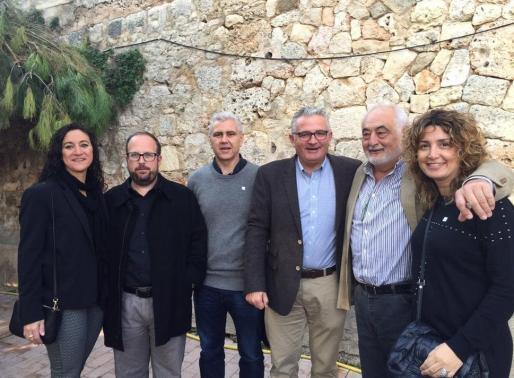 Jaume Font, junto a otros miembros de El Pi, ha visitado el mercado de Sineu.
