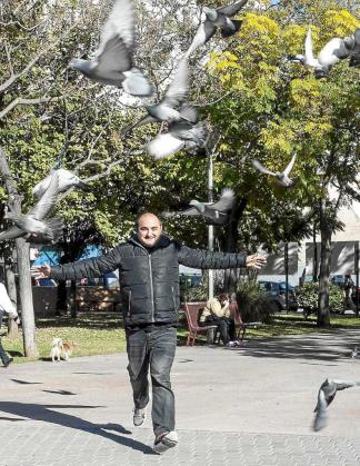 En pleno vuelo. Durante la sesión de fotos en el Parque de la Paz encontramos unas colaboradoras improvisadas, las decenas de palomas que diariamente acuden a recibir alimento al lugar. Foto: DANI ESPINOSA
